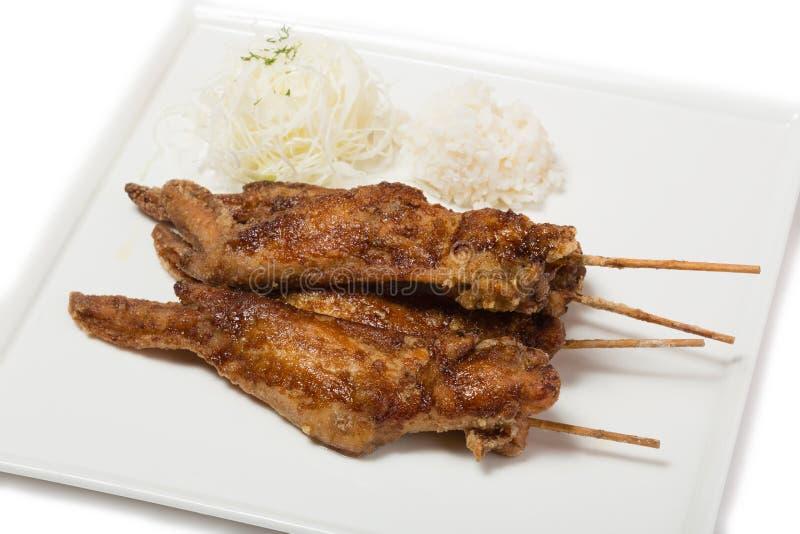 Gebraden kippenvleugels met saus op vleespennen met rijst stock afbeeldingen
