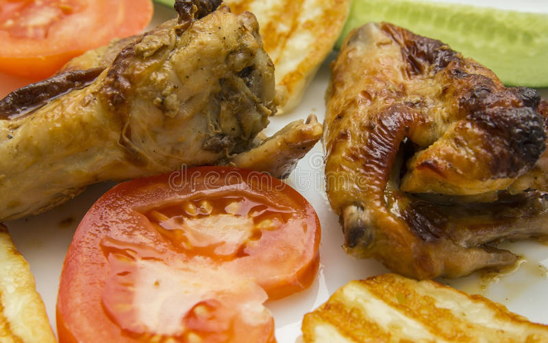 Gebraden kippenvleugels in Thai met verse tomaten stock foto's