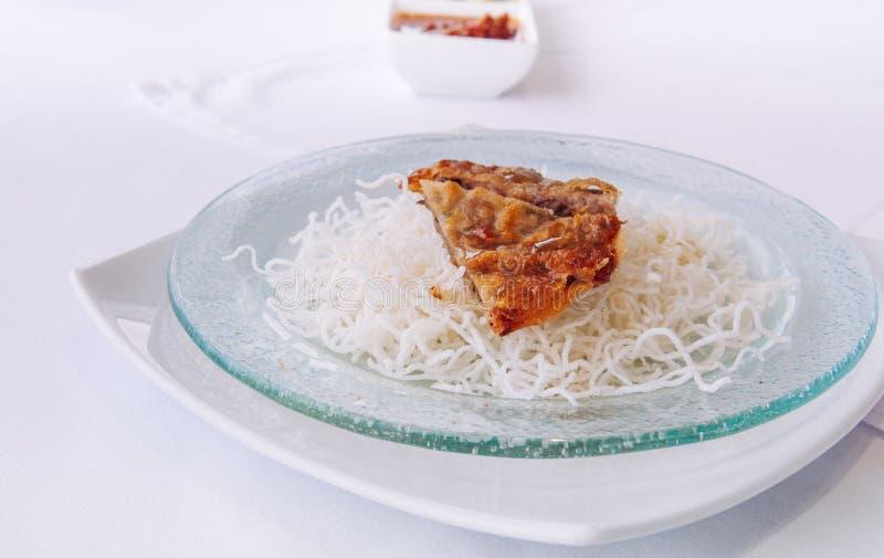 Gebraden knapperige Chinese garnalenpannekoek met knapperige rijstnoedel stock afbeeldingen