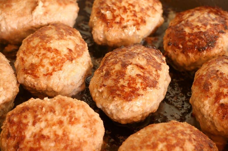 Gebraden koteletten op een pan stock afbeelding