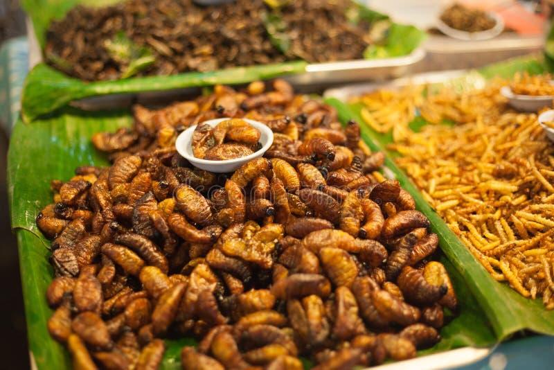 Gebraden larven op de markt stock foto
