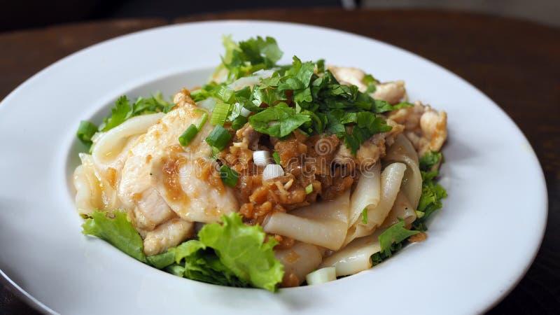 Gebraden noedels met kip Beweeg gebraden Kippennoedels en ei Thais voedsel - beweeg gebraden gerecht #6 stock foto's