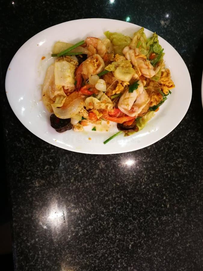gebraden noedels met zeevruchtenknoflook en groenten stock foto