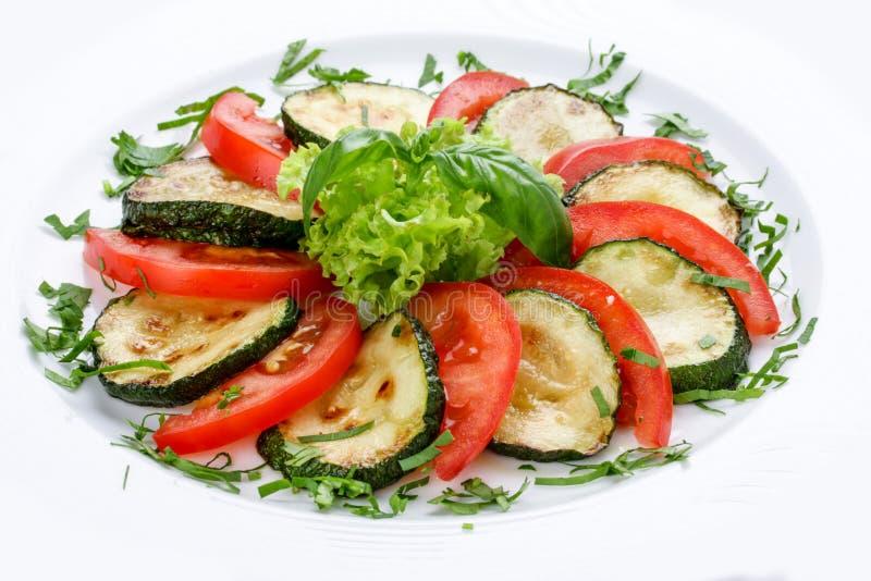 Gebraden pompoenen met groen en tomaten stock fotografie