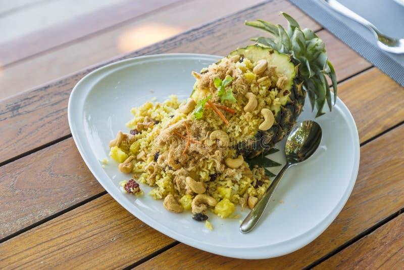 Gebraden rijst in ananas Thaise stijl in witte plaat royalty-vrije stock foto's
