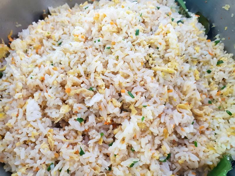 Gebraden rijst met garnalen, ei en groenten als achtergrond stock afbeeldingen