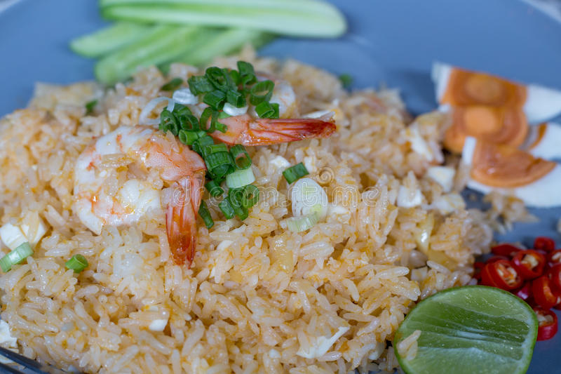 Gebraden rijst met garnalen en gezouten ei, Thais voedsel royalty-vrije stock fotografie