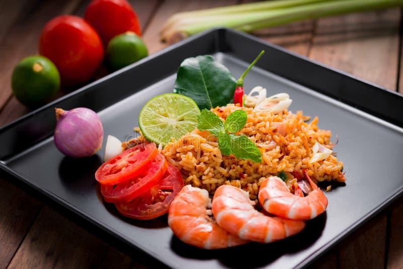 Gebraden rijst met garnalen, tom yum aroma, populair Thais voedsel stock foto's