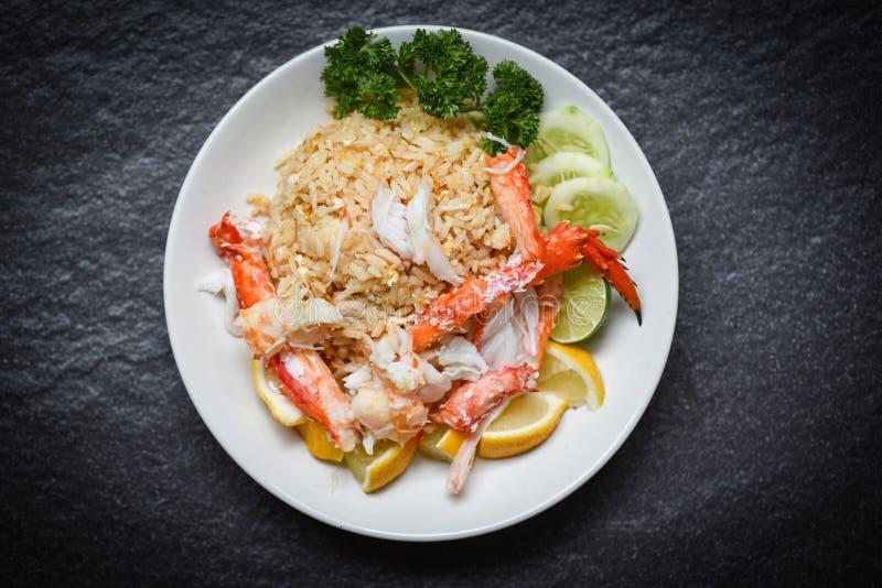 Gebraden rijst met het eicitroen van het krabvlees en komkommer op witte plaatzeevruchten stock afbeelding