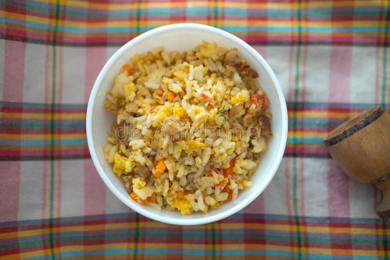 Gebraden rijst met varkensvlees en ei eigengemaakt voedsel voor jong geitje stock afbeeldingen