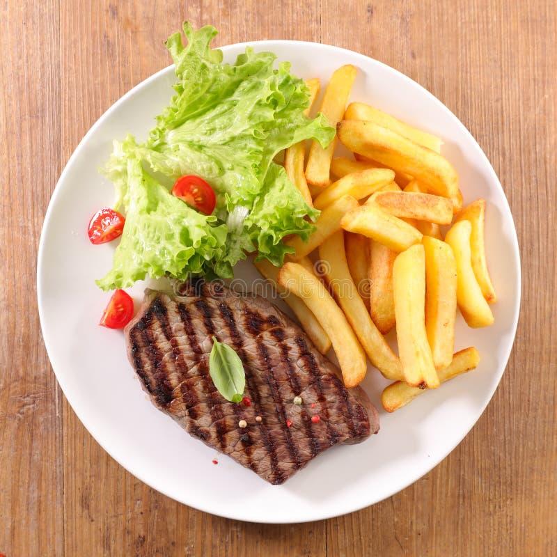 Gebraden rundvlees met sla stock fotografie