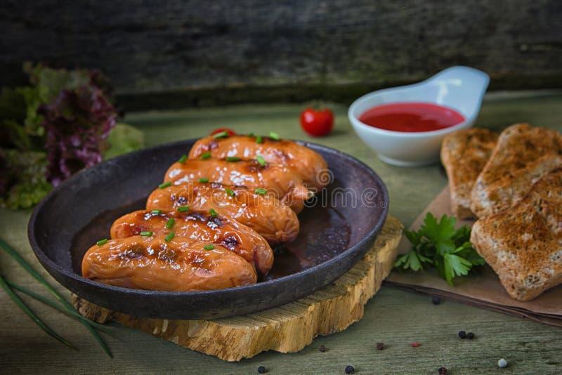 Gebraden sauseges met groene uien en tomaat souce stock foto