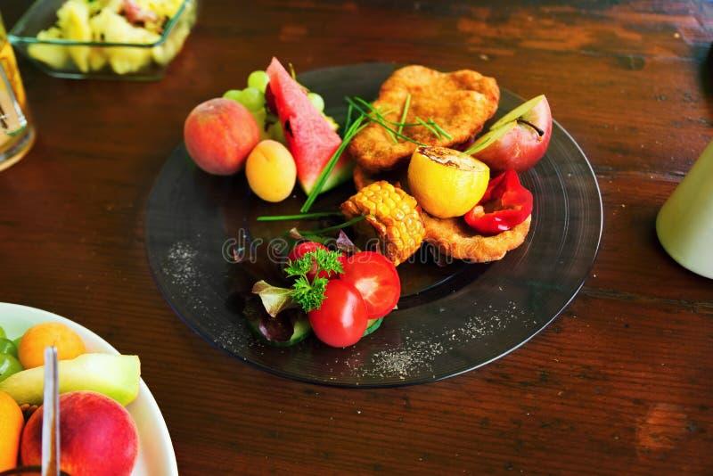 Gebraden schnitzel met fruit royalty-vrije stock afbeeldingen