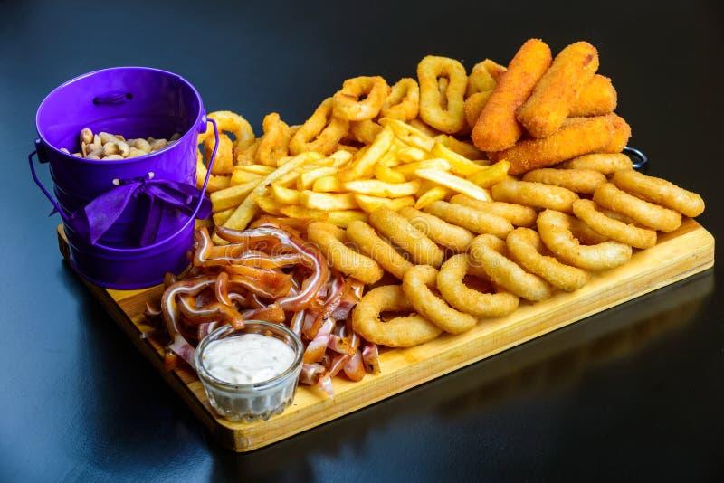 Gebraden snack aan bier stock foto