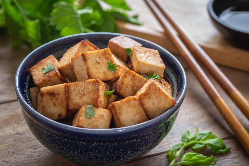 Gebraden tofu in kom, Vegetarisch voedsel stock afbeeldingen