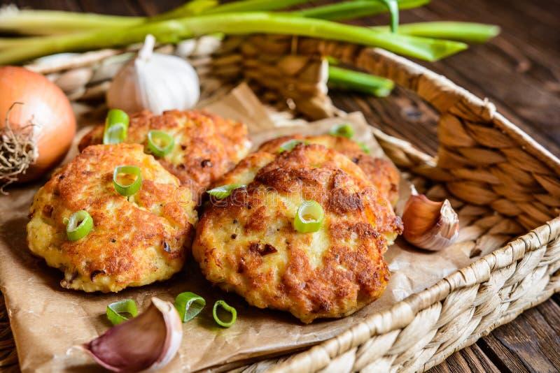 Gebraden tonijnpannekoeken met aardappel, ui en knoflook royalty-vrije stock foto's