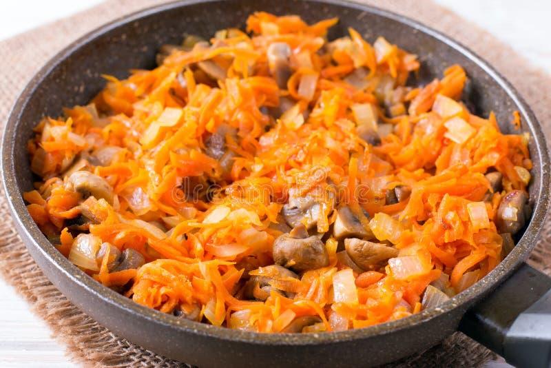 Gebraden uien en wortelen, het vullen soep, knoflook, eigengemaakt voedsel royalty-vrije stock fotografie