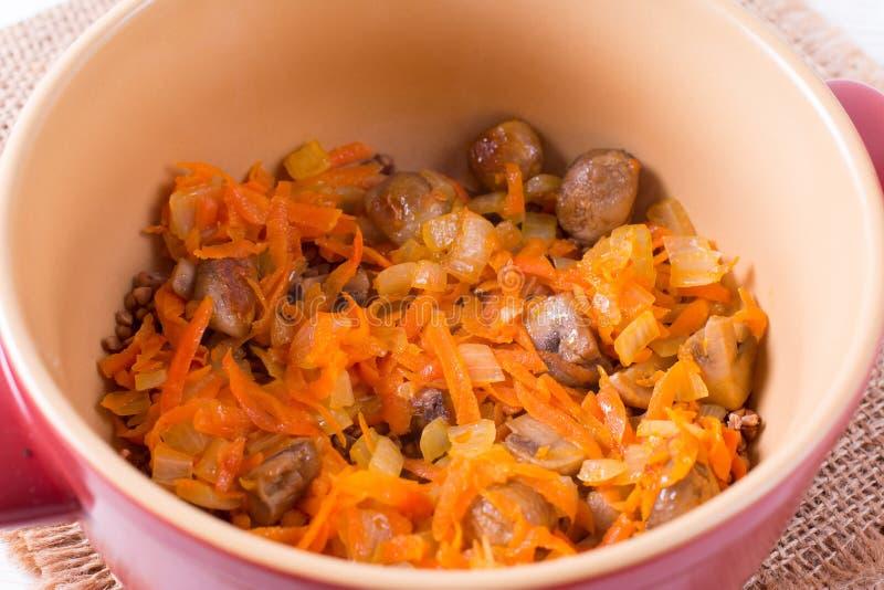 Gebraden uien en wortelen, het vullen soep, knoflook, eigengemaakt voedsel stock fotografie