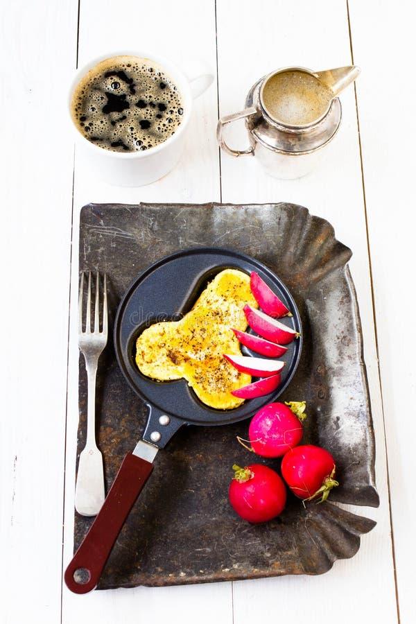 Gebraden verse eieren in pretvorm van mensenpenis in een pan royalty-vrije stock foto