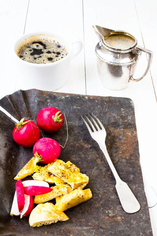 Gebraden verse eieren in pretvorm van mensenpenis in een pan royalty-vrije stock afbeelding