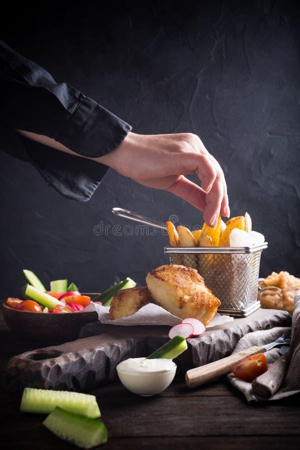 Gebraden visfilet met aardappelen in de schil royalty-vrije stock afbeeldingen