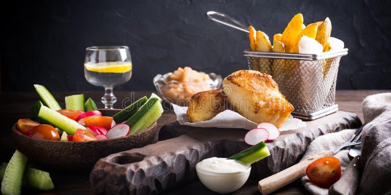 Gebraden visfilet met aardappelen in de schil royalty-vrije stock foto