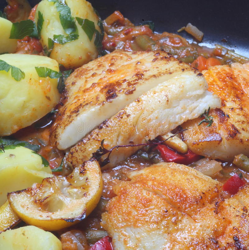 Gebraden vissen en aardappels royalty-vrije stock foto