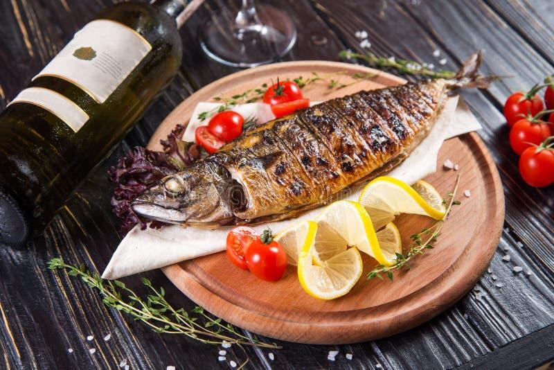Gebraden vissen met citroen royalty-vrije stock afbeelding