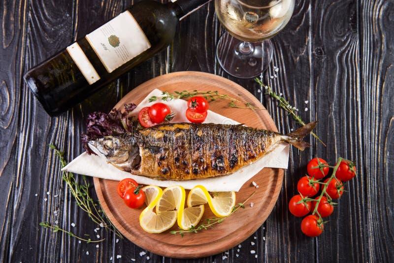 Gebraden vissen met citroen stock foto
