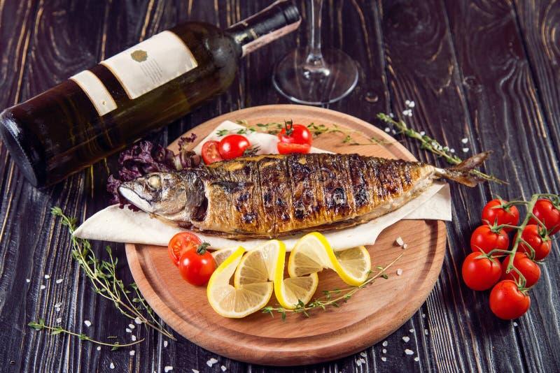 Gebraden vissen met citroen stock foto's