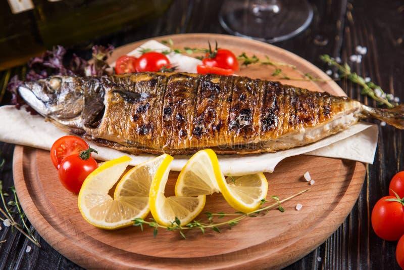 Gebraden vissen met citroen royalty-vrije stock afbeeldingen