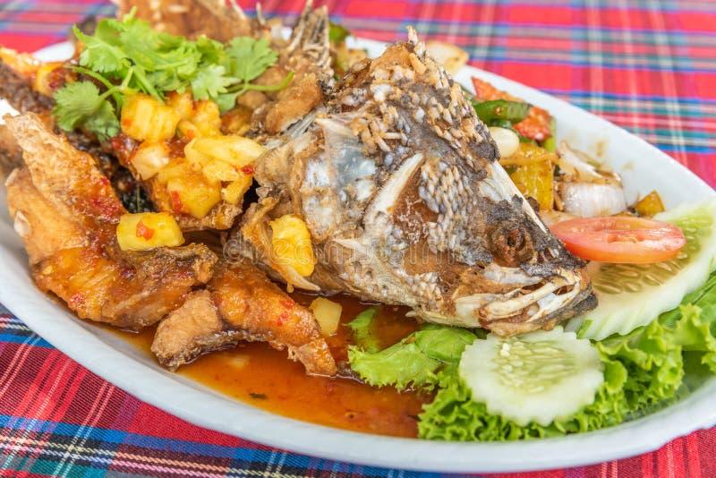 Gebraden vissen met gemengd kruid en zoete saus royalty-vrije stock fotografie