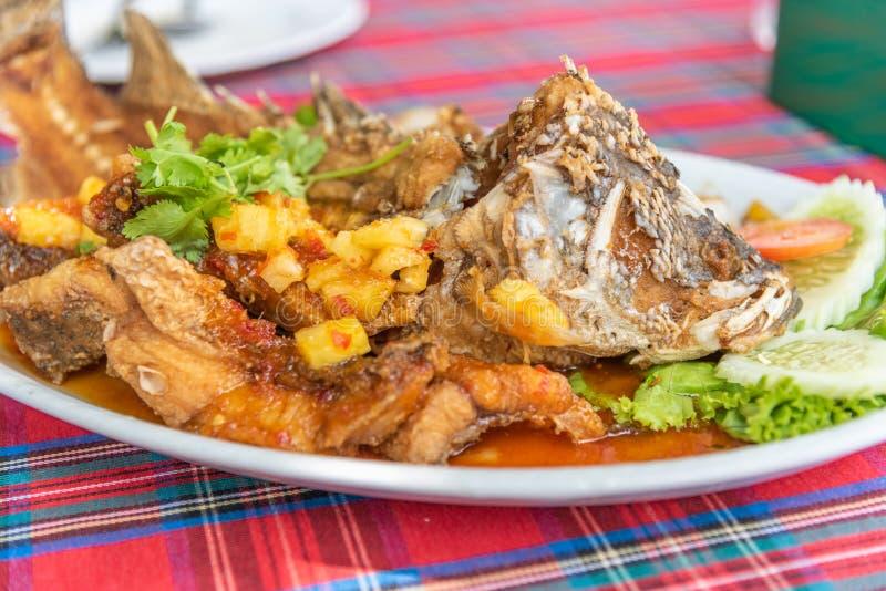 Gebraden vissen met gemengd kruid en zoete saus royalty-vrije stock foto's