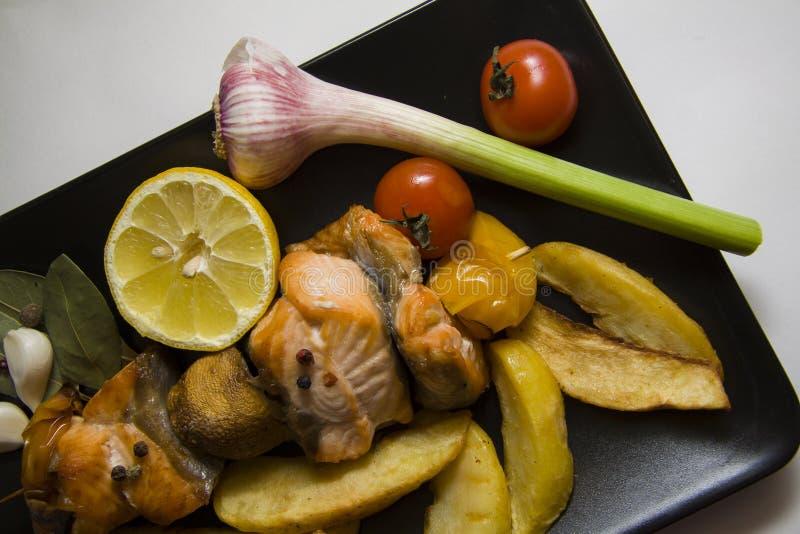 Gebraden vissen met groenten royalty-vrije stock afbeelding