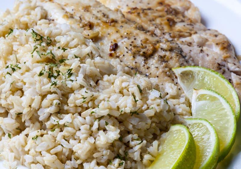 Gebraden vissen met ongepelde rijst royalty-vrije stock fotografie