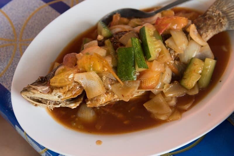 Gebraden vissen met vegy bij Aziatische straatkoffie stock afbeelding