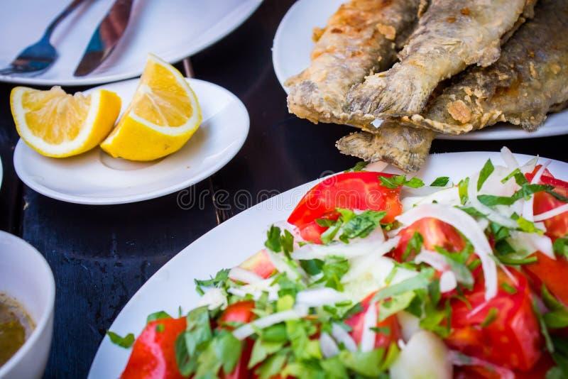 Gebraden vissen met verse kruiden en citroen royalty-vrije stock foto's