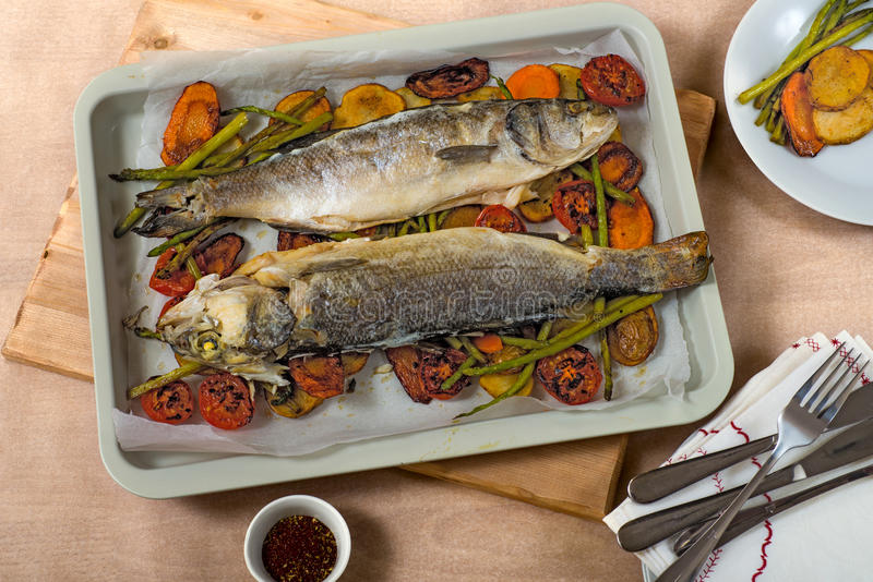 Gebraden vissen over groenten royalty-vrije stock foto's