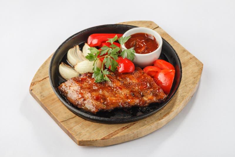 Gebraden vlees met groenten op pan stock afbeelding