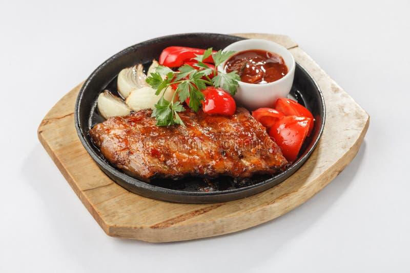 Gebraden vlees met groenten op pan stock fotografie