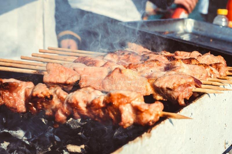 Gebraden vleespennen op de straat stock afbeeldingen