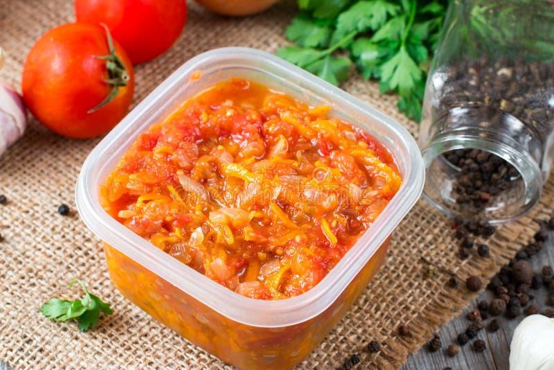 Gebraden wortelen met uien in een container royalty-vrije stock afbeelding