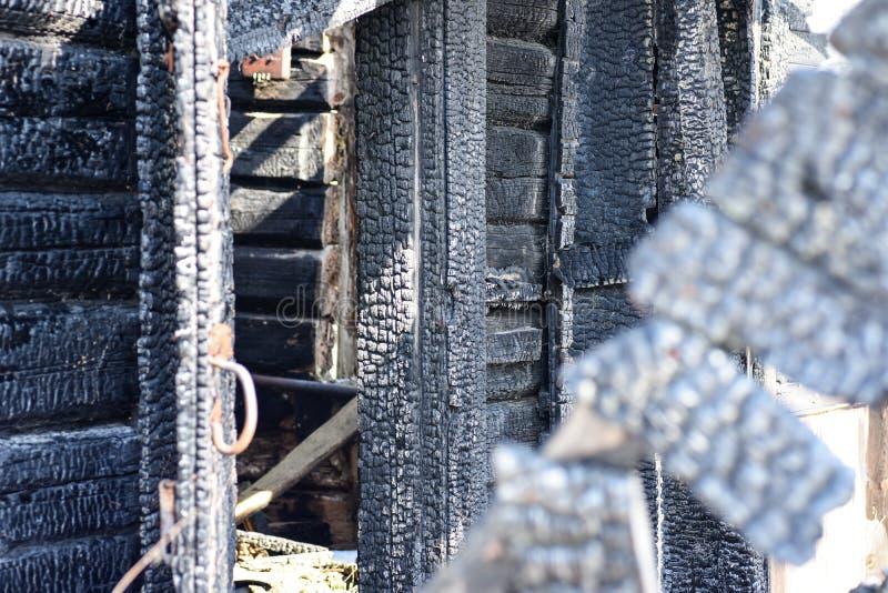 Gebrand onderaan blokhuis na een brand stock foto's