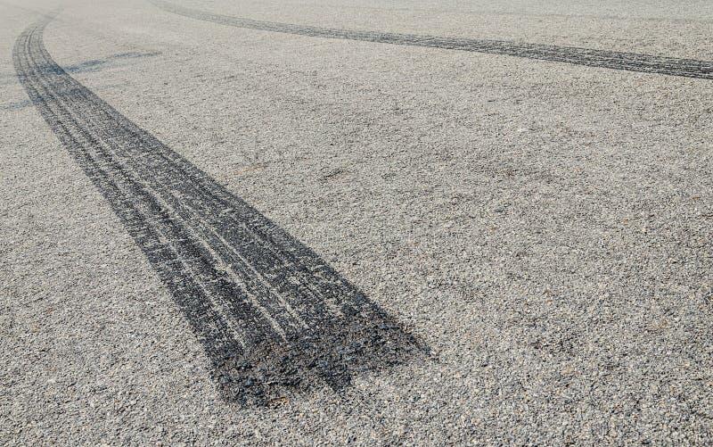 Gebrand rubberbandspoor op een asfaltweg stock foto