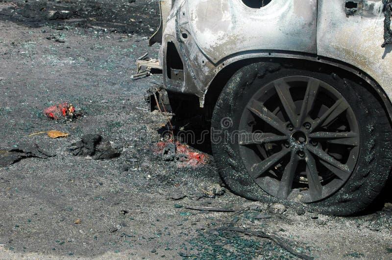 Gebrande auto op ongevallenplaats royalty-vrije stock afbeeldingen