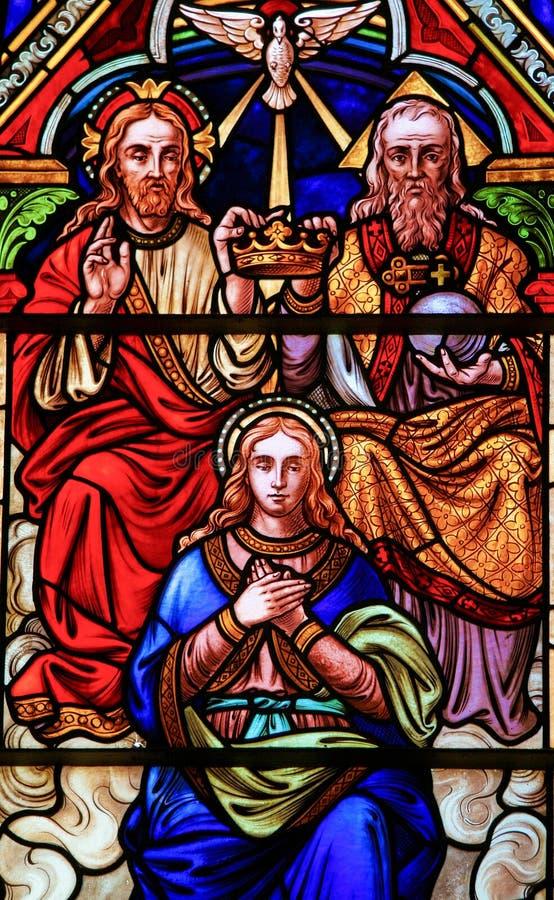 Gebrandschilderd glas in Bariloche - de Kroning van Moeder Mary royalty-vrije stock afbeeldingen