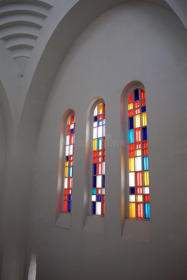 Gebrandschilderd glas in de vensters van een oud gebouw stock fotografie