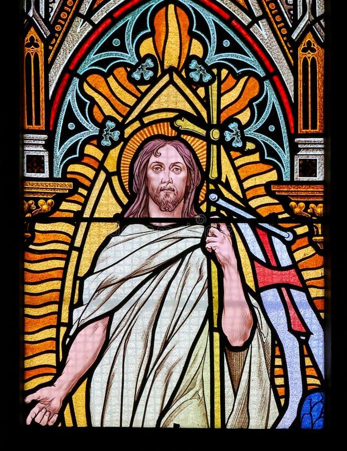 Gebrandschilderd glas - Jesus die van het graf toenemen stock afbeelding
