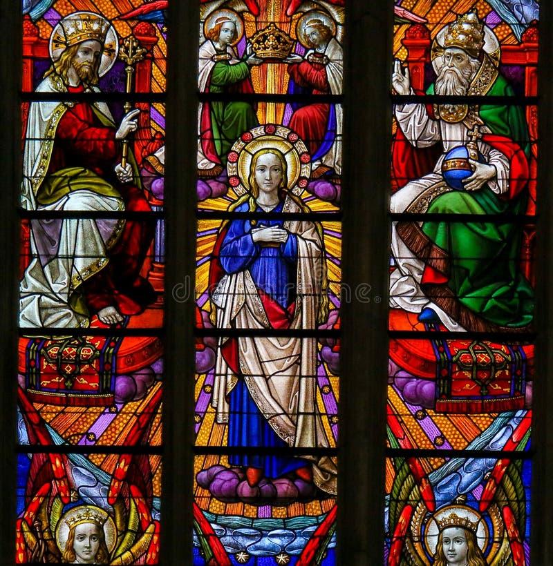 Gebrandschilderd glas - Kroning van Moeder Mary door de Heilige Drievuldigheid stock afbeelding