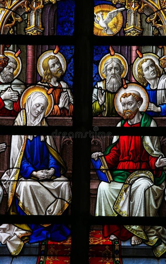 Gebrandschilderd glas - Mary en de Apostelen bij Pinksteren stock afbeelding
